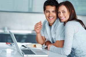 young-couple-investing-online