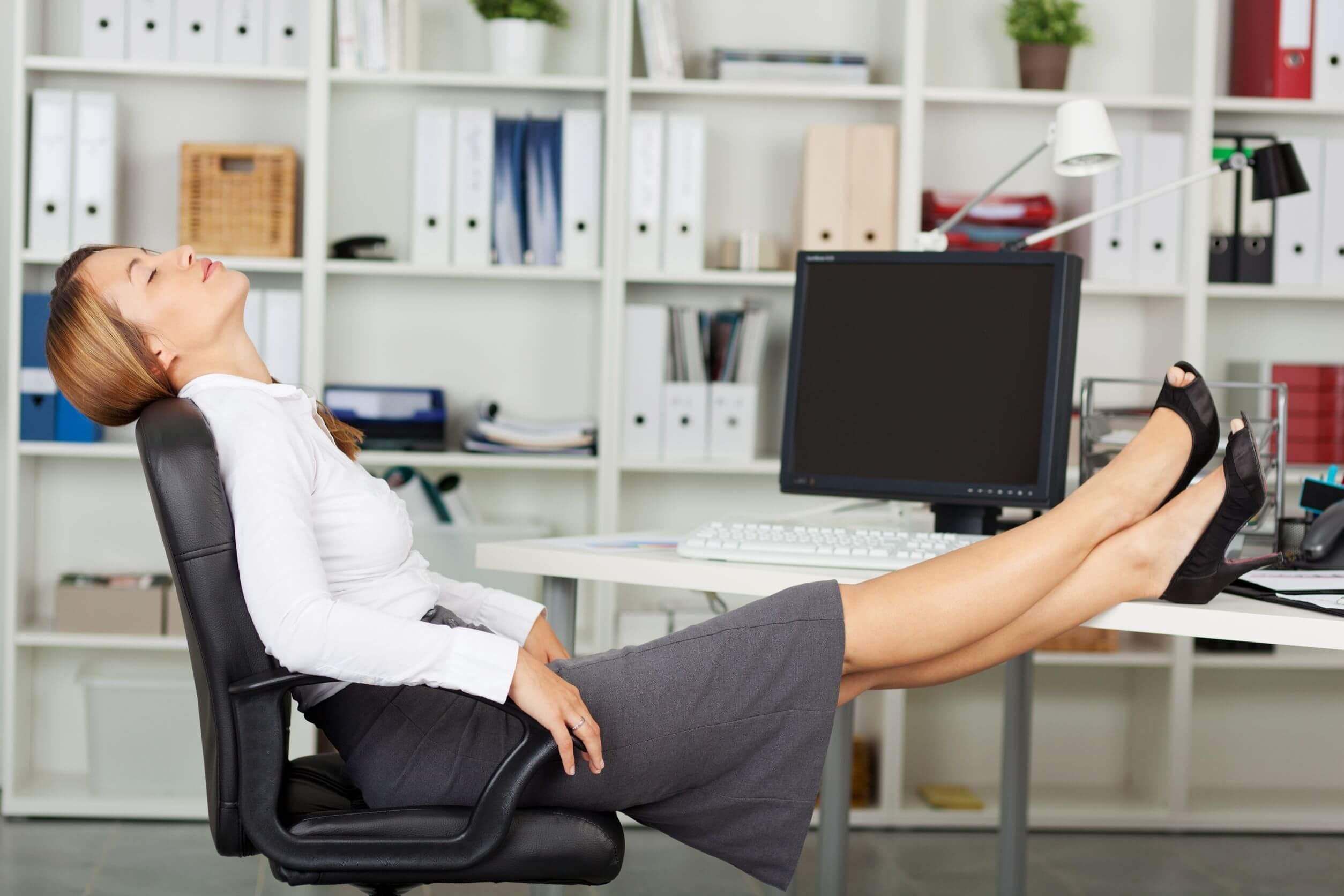 спину, фото девушек на офисном столе любительский
